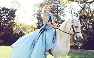 Hintergrundbilder Pferde Reese Witherspoon Kleid Lächeln Blond Mädchen Harper's Bazaar Prominente Mädchens