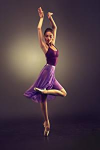Fotos Farbigen hintergrund Braunhaarige Tanz Hand Bein Mädchens