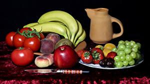 Fotos Stillleben Tomaten Trauben Bananen Äpfel Pfirsiche Erdbeeren Messer Kanne Lebensmittel