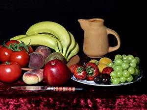 Fotos Stillleben Tomate Weintraube Bananen Äpfel Pfirsiche Erdbeeren Messer Kanne