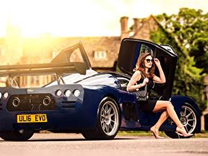 Fotos Blau Hinten Braune Haare Sitzend Brille Glamour 2015-17 Ultima Evolution Coupe automobil Mädchens