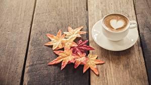 Hintergrundbilder Cappuccino Bretter Untertasse Herz Blattwerk Lebensmittel