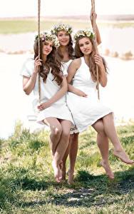 Hintergrundbilder Drei 3 Braune Haare Schaukel Sitzend Lächeln Kranz Hübscher junge frau