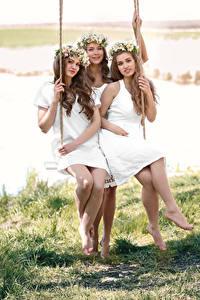 Hintergrundbilder Drei 3 Braune Haare Schaukel Sitzend Lächeln Kranz Schön Mädchens