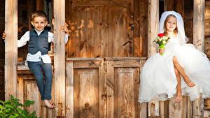 Fotos Sträuße Zwei Kleine Mädchen Jungen Bräutigam Bräute Sitzt Kleid Kinder