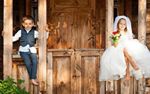Fotos Sträuße Zwei Kleine Mädchen Junge Bräutigam Brautpaar Sitzend Kleid Kinder