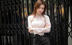 Bilder Asiaten Zaun Bluse Hand Braune Haare Starren junge frau