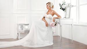 Fotos Sträuße Blondine Brautpaar Sitzend Kleid Mädchens
