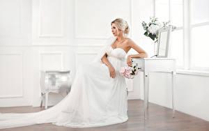 Fotos Sträuße Blondine Braut Sitzend Kleid Mädchens