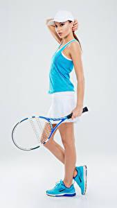 Hintergrundbilder Tennis Grauer Hintergrund Uniform Unterhemd Sportschuhe junge Frauen Sport