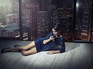 Hintergrundbilder Wein Kleid Bein Brünette Fenster junge Frauen