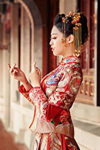 Hintergrundbilder Asiatische Schmuck Kleid Hand Unscharfer Hintergrund junge Frauen