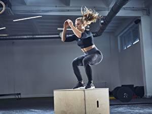 Desktop hintergrundbilder Fitness Turnhalle Körperliche Aktivität Sprung Sport Mädchens