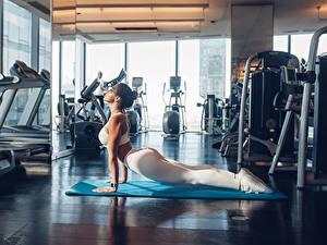 Fotos Fitness Bein Schöner Trainieren Fitnessstudio Mädchens