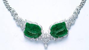 Fotos Schmuck Halskette Weißer hintergrund Grün