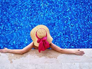 Bilder Schwimmbecken Von oben Der Hut Hand Erholung Schleife Mädchens