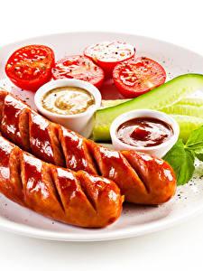 Fotos Wiener Würstchen Weißer hintergrund Teller Ketchup Lebensmittel