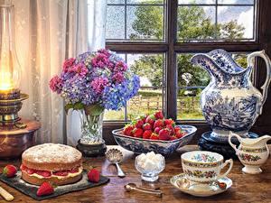 Bilder Stillleben Obstkuchen Petroleumlampe Erdbeeren Hortensien Kanne Tasse Fenster