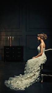 Hintergrundbilder Braunhaarige Sitzt Kleid Mädchens