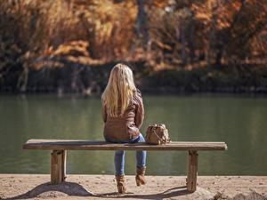 Bilder See Herbst Handtasche Blond Mädchen Jacke Sitzend Bank (Möbel) Mädchens