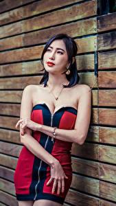 Fotos Asiatisches Mauer Kleid Dekolleté Hand junge Frauen