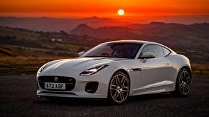 Bilder Jaguar Sonnenaufgänge und Sonnenuntergänge Weiß Metallisch 2018 F-Type  Chequered Flag Autos
