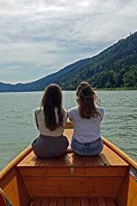 Bilder Flusse Boot 2 Braunhaarige Sitzend Hinten Danube Mädchens