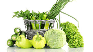 Bilder Gemüse Paprika Kohl Gurke Weißer hintergrund Weidenkorb Grün