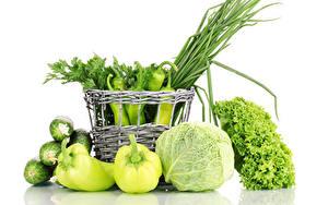Bilder Gemüse Peperone Kohl Gurke Weißer hintergrund Weidenkorb Grün