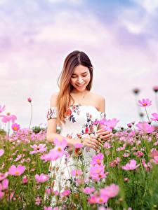 Hintergrundbilder Asiatisches Grünland Schmuckkörbchen Kleid Lächeln Unscharfer Hintergrund junge Frauen Blumen