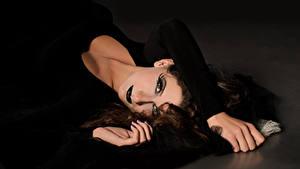 Fotos Brünette Make Up Hand Starren Mädchens
