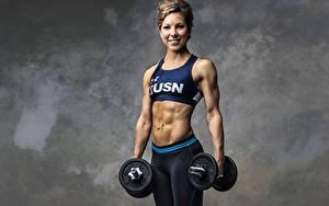 Desktop hintergrundbilder Fitness Bodybuilding Grauer Hintergrund Starren Lächeln Hand Hanteln Bauch junge Frauen
