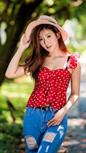 Bilder Asiatische Pose Jeans Bluse Der Hut Blick junge Frauen