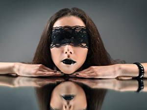 Fotos Maske Grauer Hintergrund Braunhaarige Make Up Hand Mädchens