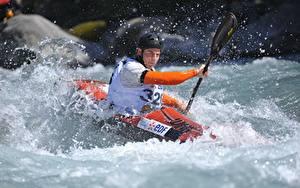 Fotos Mann Boot Rafting Helm Wasser spritzt Sport