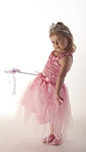 Fonds d'écran Couronne Fond blanc Petites filles Les robes Regard fixé Enfants
