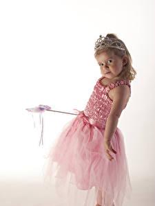 Hintergrundbilder Krone Weißer hintergrund Kleine Mädchen Kleid Starren Kinder