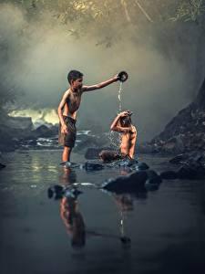 Fotos Asiatische Steine Bach 2 Junge Sitzend Kinder