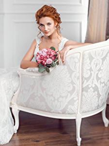 Bilder Sträuße Sessel Rotschopf Brautpaar Blick Kleid