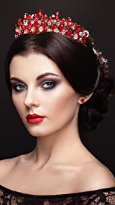 Hintergrundbilder Krone Schwarzer Hintergrund Braune Haare Gesicht Starren Mädchens