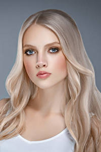 Fotos Grauer Hintergrund Blondine Haar Starren Schön Mädchens