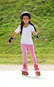 Hintergrundbilder Kleine Mädchen Helm Rollschuh kind