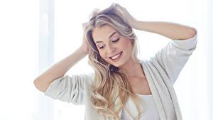 Bilder Blond Mädchen Lächeln Hand Mädchens