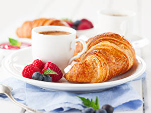 Fotos Croissant Himbeeren Heidelbeeren Kaffee Frühstück Tasse