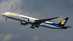 Hintergrundbilder Flugzeuge Verkehrsflugzeug Boeing Seitlich 777-300ER, Jet Airways Luftfahrt