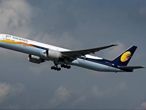 Hintergrundbilder Flugzeuge Verkehrsflugzeug Boeing Seitlich 777-300ER, Jet Airways