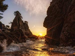Hintergrundbilder Küste Sonnenaufgänge und Sonnenuntergänge Wasserwelle Felsen Lichtstrahl Sonne Natur
