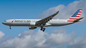Bilder Airbus Flugzeuge Verkehrsflugzeug Seitlich American Airlines, A330-300