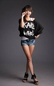 Bilder Asiatische Pose Bein Shorts Lächeln Braune Haare Süß Mädchens