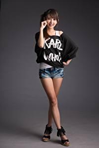 Bilder Asiatische Pose Bein Shorts Lächeln Braune Haare Süß